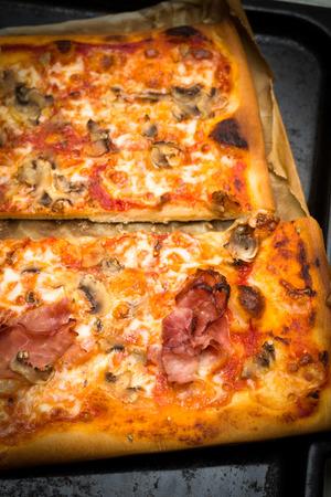 alcaparras: Pizza casera con jamón, champiñones, queso mozzarella, salsa de tomate y alcaparras Foto de archivo