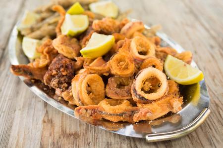calamares: anillos de calamar fritos y pescado