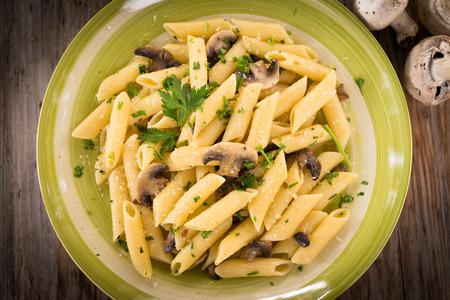 comida italiana: Penne con setas, pasta de hongos, Comida italiana Foto de archivo