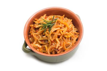Malloreddus la pasta campidanés de Cerdeña con salchichas y salsa de tomate Foto de archivo - 51618597