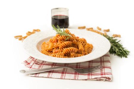 salsa de tomate: Fusilli con salsa de tomate Foto de archivo