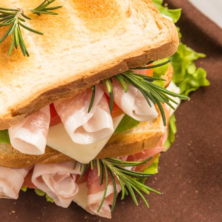 jamon y queso: s�ndwich tostado con jam�n, queso y lechuga