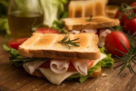 jamon y queso: sándwich tostado con jamón, queso y lechuga