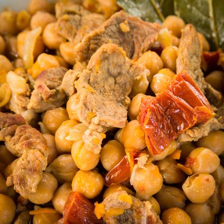 legumbres secas: Estofado de carne y garbanzos