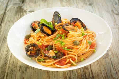 salsa de tomate: Spaghetti with mussel and tomato sauce Foto de archivo