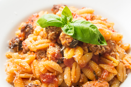 マッロレッドゥス フランス、サルデーニャのパスタとソーセージとトマトのソース