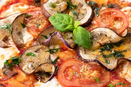 Delicious grilled eggplant pizza Banque d'images - 150529609