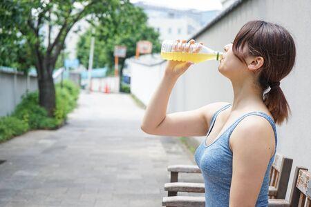Mujer joven mantenerse hidratado durante el deporte