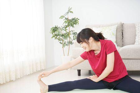 Mujer joven, estirar