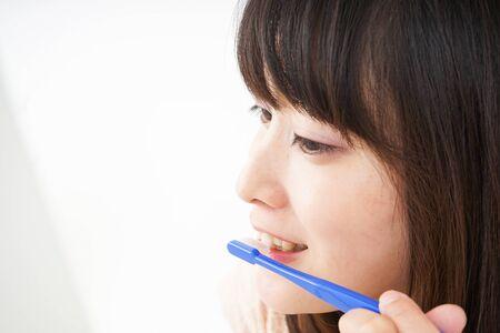 Young woman brushing_her teeth