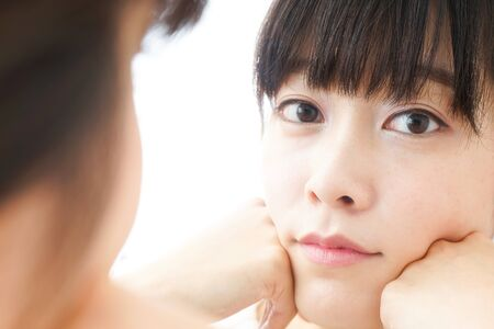 Young woman caring for skin problems 版權商用圖片