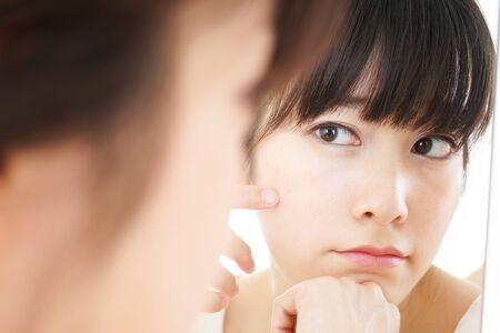 Junge Frau macht Hautpflege Standard-Bild