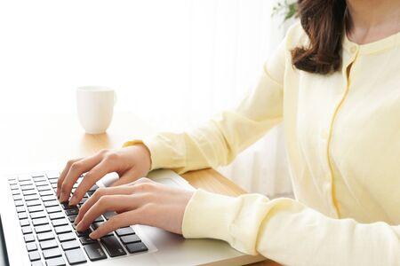 Jeune femme tapant avec un ordinateur portable