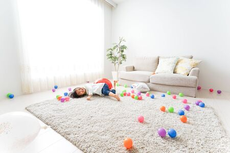 Child playing at home 免版税图像