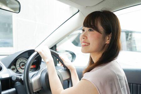 Jeune femme, conduire voiture Banque d'images