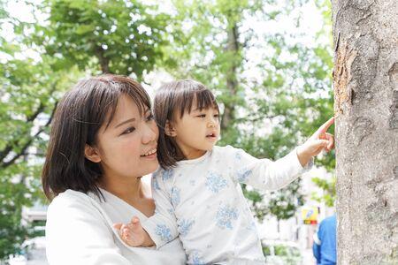 Mother hugging child Imagens