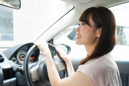 Młoda kobieta prowadząca samochód Zdjęcie Seryjne