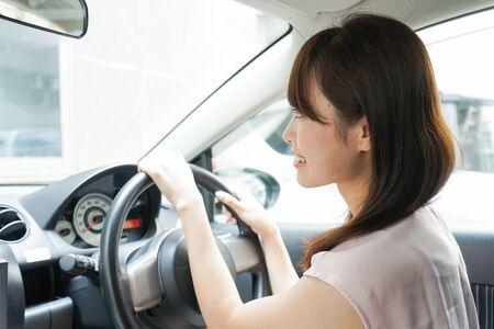 차를 운전하는 젊은 여자