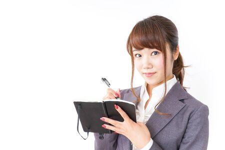 Mujer de negocios tomando notas