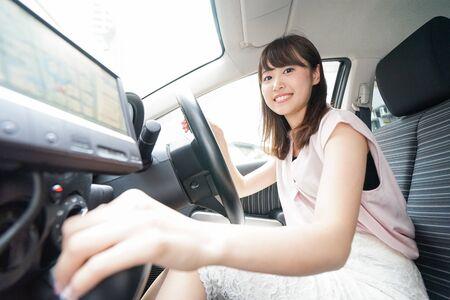 Frau mit Autonavigation Standard-Bild