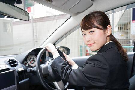 Jeune femme d'affaires en voiture Banque d'images