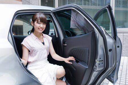 Une femme descend de voiture