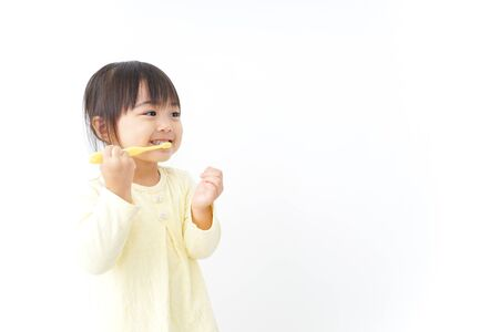 A child brushing her teeth Imagens