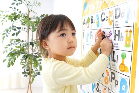 Un bambino che studia inglese