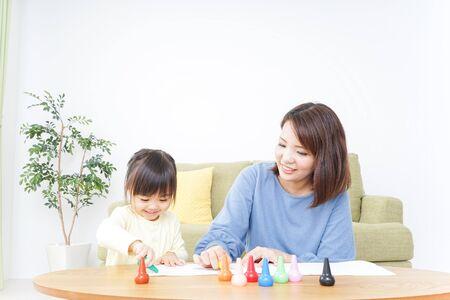 Un padre e hijo pintando un cuadro.