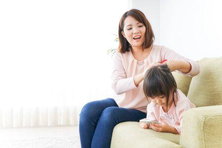 Mère ajustant les vêtements de l'enfant