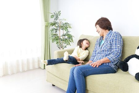 Jeu d'enfant avec grand-mère