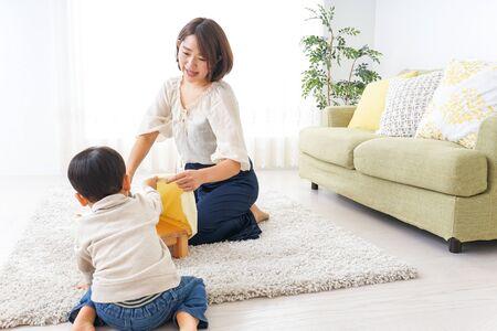 Mutter macht Hausarbeit und Kind