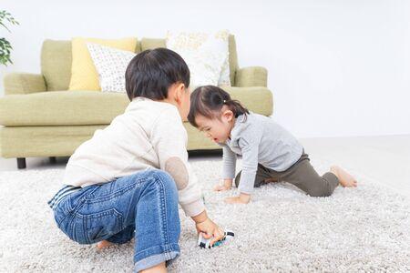 Frères jouant à la maison