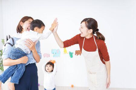 Moeders die kinderen van en naar de kleuterschool brengen