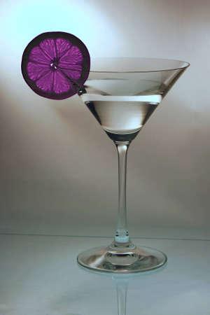 Bicchiere da cocktail con una fetta di limone rosa