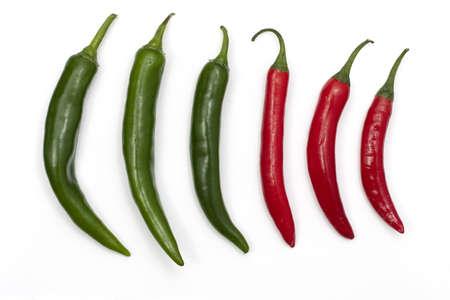 Tre verde e tre peperoncini rossi in una riga