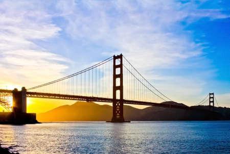 portones: Puente Golden Gate al atardecer