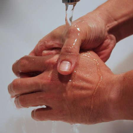 Maschio mani lavate con acqua Archivio Fotografico