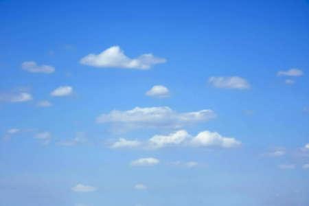 Piccole nuvole bianche su cielo blu