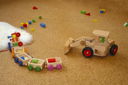 juguetes de madera: Juguetes de madera tirados en el suelo