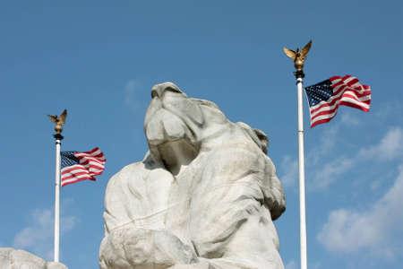 Un punto di vista capovolto di un monumento del leone