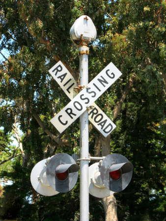 ferrocarril: Envejecido signo permanente de cruce de ferrocarril en un bosque