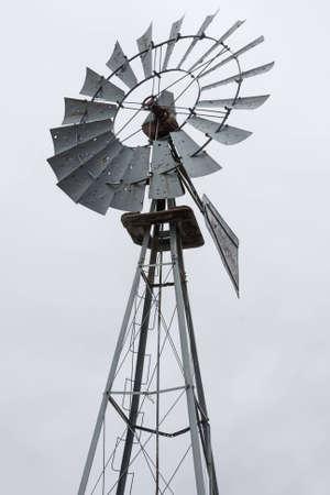 windmill: La parte superior de un molino de viento para el bombeo de agua sobre blanco Foto de archivo