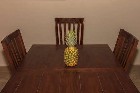 Un ananas su un tavolo da pranzo rustico