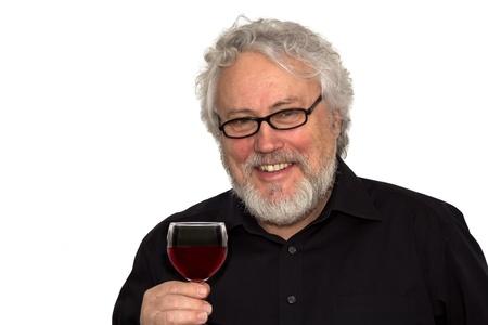 Un anziano sta facendo degustazione di vini
