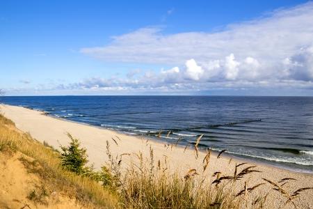 Colpo orizzontale di una spiaggia deserta al Mar Baltico nella luce del mattino