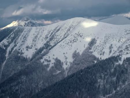 illuminati: Montagne coperte di neve, la luce del sole illuminato con il cielo blu