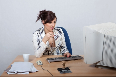 biased: Giovane impiegato femminile � interessato a lavorare sul computer