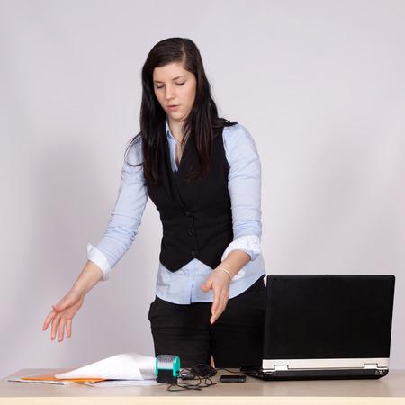 female boss: Junge weibliche Chef am Tisch mit Laptop werfen Papiere auf den Tisch, und St�rungen Lizenzfreie Bilder
