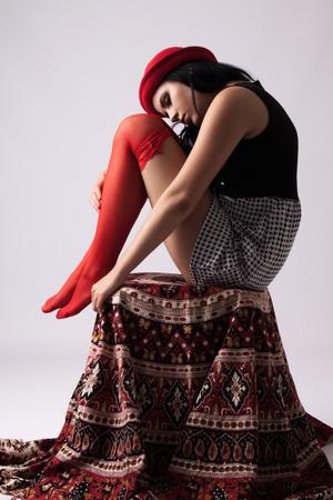 reggicalze: Giovane donna in cappello rosso in giarrettiere